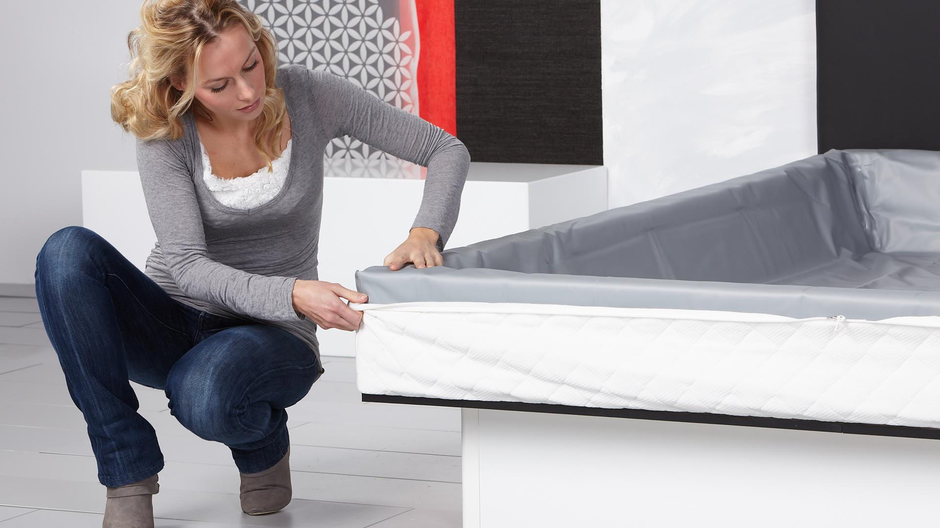 Wasserbett Basic Bezugunterteil über den Schaumstoffrahmen und die Sicherheitsfolie legen