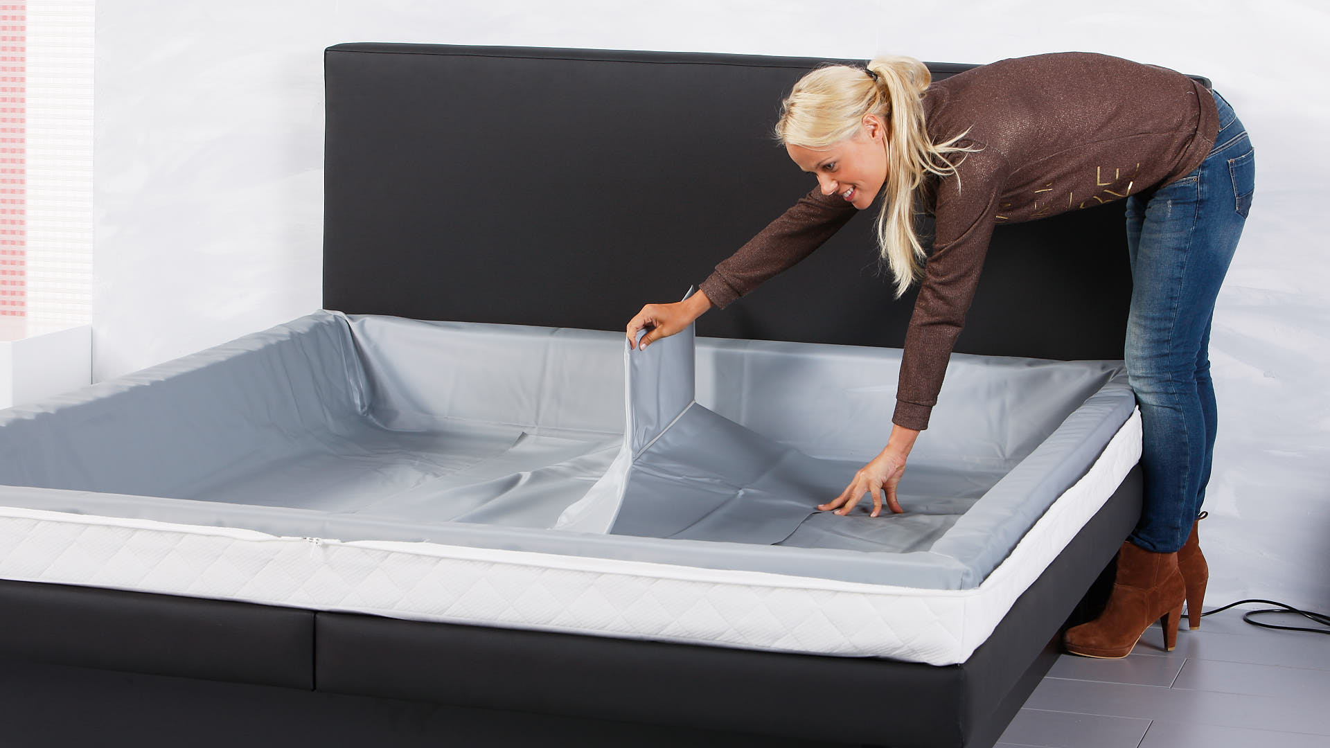 Wasserbett Luxus Sicherheitsfolie über den Schaumstoffrahmen legen